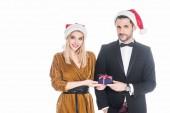 Fényképek santa claus kalap a becsomagolt karácsonyi ajándék elszigetelt fehér-elegáns fiatal pár portréja