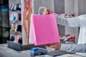 részleges kilátás nyílik fiatal eladó gazdaság papírzacskó shop