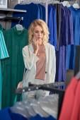 Fényképek butik vásárlás közben divatos ruhákat keres vonzó fiatal nő