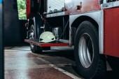 Chiuda sulla vista del casco protettivo sul camion dei vigili del fuoco stazione