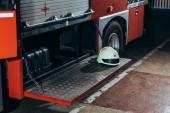 zblízka pohled ochranná helma na hasičský vůz na hasiče