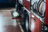 zblízka pohled ochranná helma na hasičský vůz na hasičské stanici