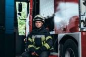 portrét mužské hasič v uniformě a helmu hasiče fire truck