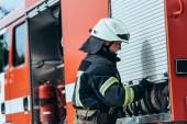 boční pohled na hasič uzavírací vůz s uspořádány vodní hadice na ulici
