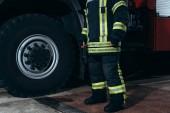 částečný pohled hasič v ochranné protipožární jednotné stání požární stanice