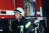 Fotografie hasič kontrola helma s kolegy za hasiče