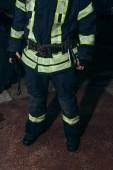 částečný pohled hasič s přenosným rádiem na hasiče
