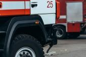 Fotografie zblízka pohled na červené a bílé hasičský vůz na ulici