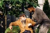 šťastlivec africké americké pomoci senior zakázán člověk vstát z vozíku na ulici
