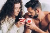 Selektivní fokus z pár cinkání coffee CUPS v případech, vlněné