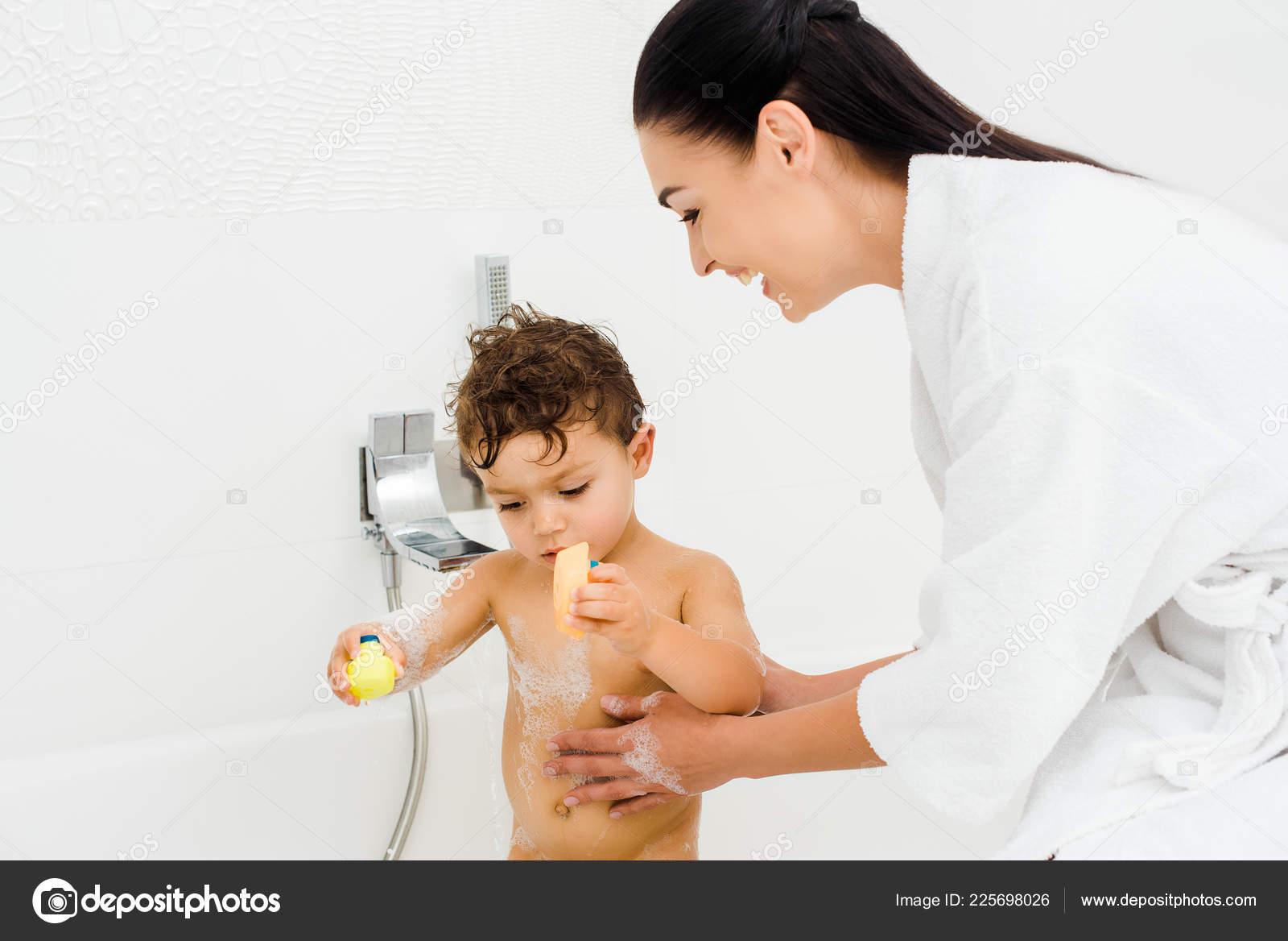 Lächelnde Mutter Waschen Sohn Schaum Weißen Badezimmer — Stockfoto ...
