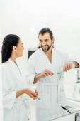 boldog pár fehér fürdőköpeny fogmosás együtt