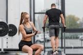 Fotografie Sportler, training auf Laufband, Sportlerin mit Handschuhen für das Training im Fitness-Studio