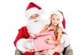 Close-up Portrait von Santa Claus und kleines Kind sitzt im Sessel zusammen und halten Geschenkbox isoliert auf weiss