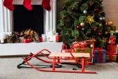 saně a vánoční strom s dárkové krabice krb