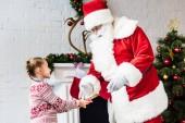 Fotografie entzückenden kleinen Kind geben gerollt Wunschzettel an den Weihnachtsmann