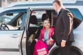 Otec dcera pomoci vymanit se z auta