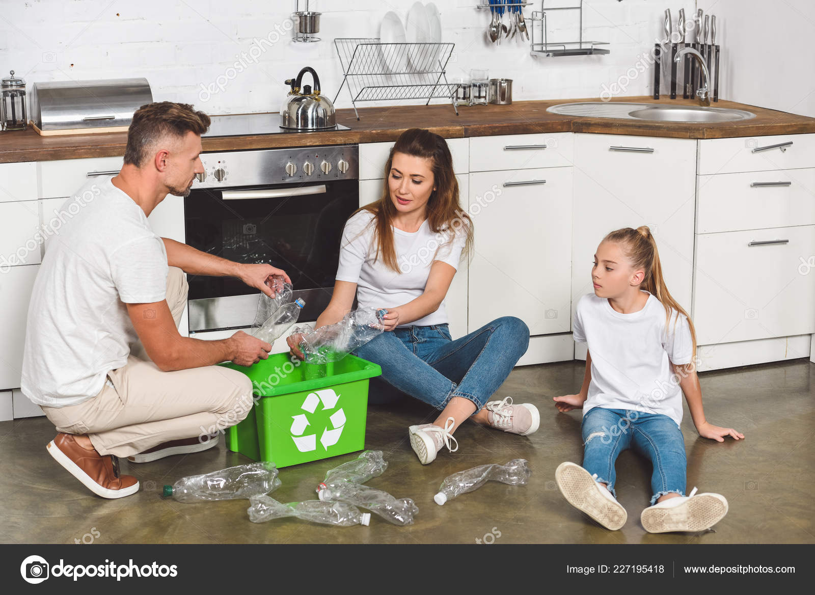 Familie Sitzen Auf Boden Küche Und Leere Plastikflaschen Recycling ...