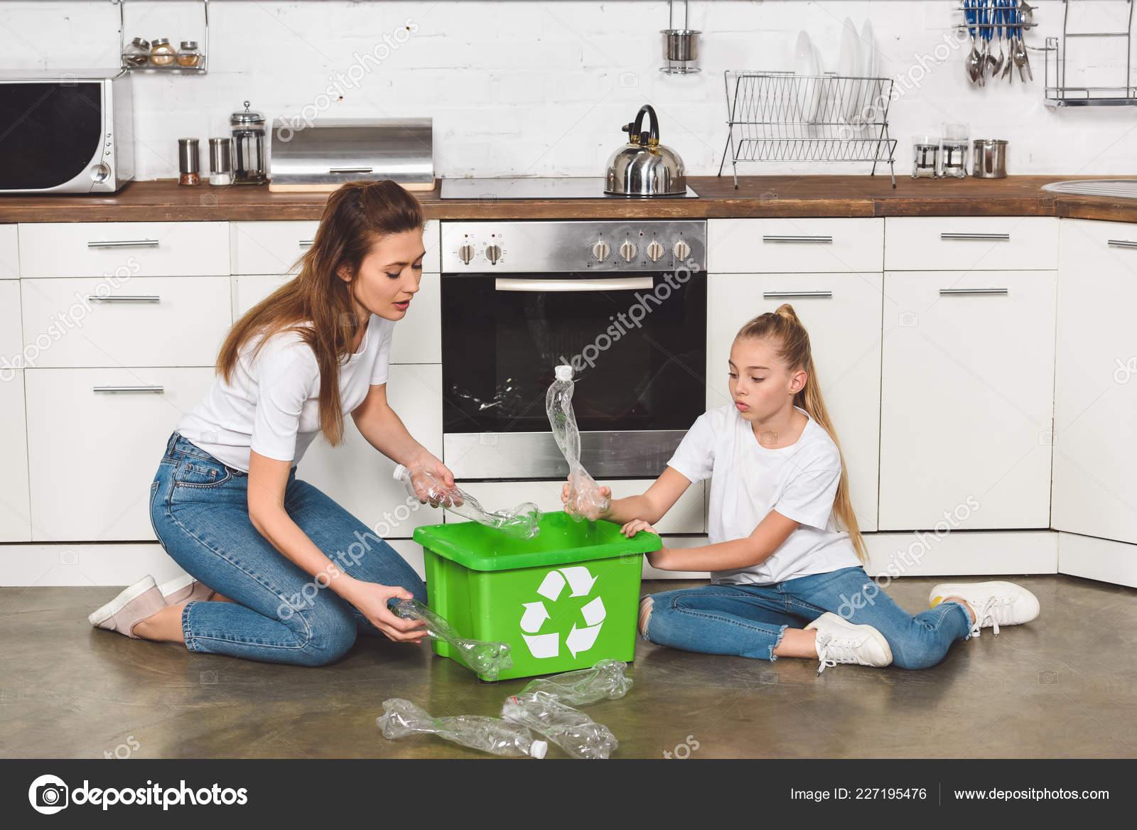 Mutter Und Tochter Sitzen Auf Boden Küche Und Leere Plastikflaschen ...