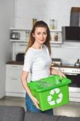 állandó recycle zöld doboz a konyha, a gyönyörű nő