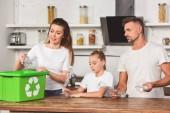 családi konyha állandó és üzembe üres műanyag palackok a Lomtár doboz