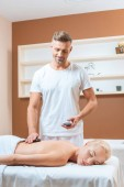 Fotografie Gut aussehend Therapeuten tun-Stone-Massage im Wellness-salon