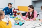 Happy žáků, které pracují na robota na lekci o robotice kmenových