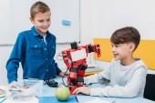 Školáci pracuje na robota na lekci o robotice kmenových