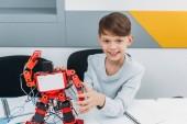 Fényképek iskolás szár robotika leckét robot dolgozik