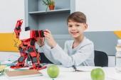 Fényképek fiú-robot dolgozik szár robotika lecke