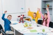 šťastné děti, házení rukou ve vzduchu na stonku robotiky lekce