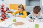 Fényképek figyelmes gyerek szár robotika leckét írni