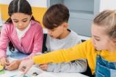 Fényképek iskolások ülő-on iskolapad, és a gazdaság részleteket stem oktatási osztály