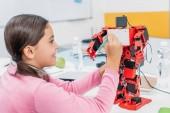 Fényképek mosolyogva iskolás írás a piros robot mellkasi szára osztályban ceruzával