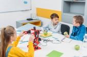 Školáci programování robotů dohromady a jedl jablka během Stem vzdělávací třída