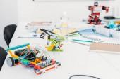 Ruční robot modely a školní potřeby na stole v kmenových prezenční studium