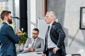 boční pohled podnikatelů mluví přitom stát v úřadu