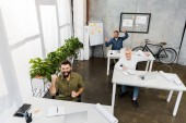 pohled z vysoké úhlu rádi hezký podnikatelů zobrazeno Ano gesto v úřadu