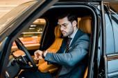 Stylový podnikatel v brýle, hodinky, luxusní auta