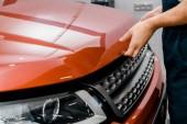 Fotografie oříznuté shot auto mechanik otevírací kapotu vozu pro vyšetření v mechanik shop