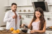 knoflíky košile přítel a přítelkyně si naléval kávu do šálku doma, koncept sociální role