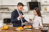 Freund und Freundin Kaffee trinken und Zeitung zusammen zu Hause, Gleichstellung der Geschlechter-Konzept
