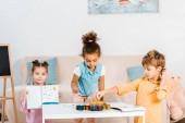 Fotografie roztomilý mnohonárodnostní děti přibližování s barvami