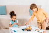 Fotografie krásné mnohonárodnostní děti malovat obrázky dohromady