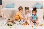 színes kocka, a szőnyegen játszó imádnivaló kis etnikai gyermekek