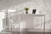 Fényképek laptop közelében kupa és váza fehér konyha konyha virág