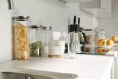 étkészlet, edények és élelmiszer fehér konyha