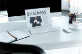 szelektív összpontosít üzleti napilap és az office asztali számítógép