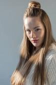 Fotografie atraktivní žena portrét v módní zimní oblečení a dlouhými vlasy při pohledu kamery izolované Grey