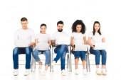multikulturní veselá skupina mladých lidí, kteří používají notebooky izolované na bílém